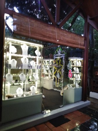 World's most Famous, Natural, Healing, Astrological, Precious Gemstones and Personalized Jewels direct form source of Ceylon - Sri Lanka the Gem Island. www.gemluck.com