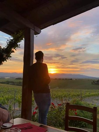 Pomaia, Italië: Waiting for the sunset during a wine tasting experience in SATOR Winery...
