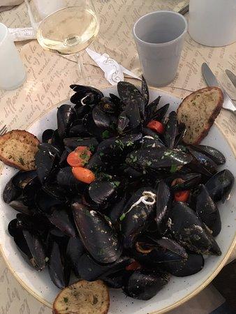 Pranzo eccellente, porzioni abbondanti. Tutto il pesce era freschissimo.