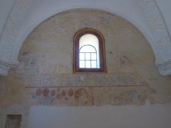 Koenigstein Fortress: Original Fresken an einer Kirchenwand.