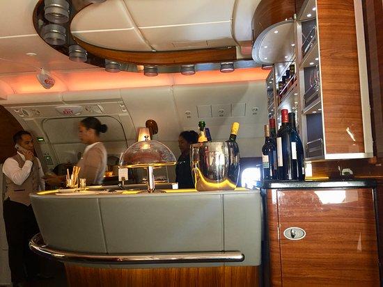 Emirates: Bar area on A380