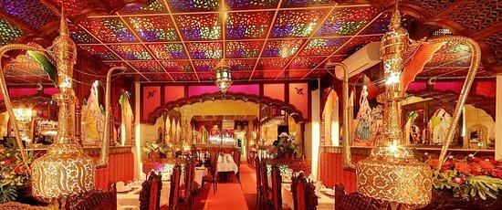 Restaurant Le Rajwal - Bordeaux  Dans un cadre raffiné,  Notre restaurant Le Rajwal, situé en plein cœur de Bordeaux, vous propose de  partir à la découverte des saveurs orientales. Le cadre est typiquement  indien avec ses boiseries, ses jeux de lumières et son mobilier  traditionnel.  Spécialités Indiennes et Pakistanaises,  Succombez au charme d'une cuisine délicatement épicée et de nos plats traditionnels indiens et pakistanais.