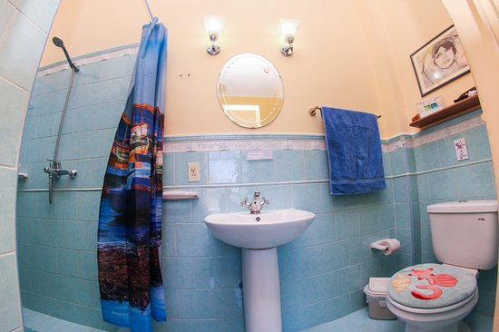 Rodney y Laura Room enjoys a beautiful balcony, private bathroom, minibar, air con, hot water 24 hours, lock on the door, hair dryer, safety deposit box and free WiFi within the house. Daily cleaning is offer for free. Spanish and English spoken and delicious breakfast!