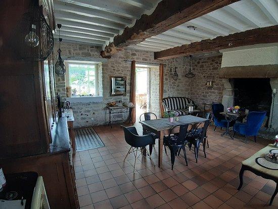 Hotel le Manoir Saint Michel: La chambre 1 et le salon partagé où l'on peut se restaurer le soir ou le midi, avec la vaisselle disponible