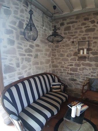 Le parc et l'hôtel, le coin cheminée du salon partagé et le coin cuisine où Jérôme pâtisse et prépare ses bonnes confitures