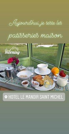 L'infusion du soir, dans le salon. Le buffet du petit déjeuner. Le parc et sa ménagerie. L'hôtel vu de nuit et l'entrée de la réception.