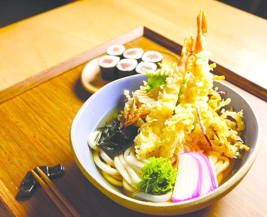 """Aizome: A chef Telma Shiraishi, conhecida por sua delicadeza e preocupação com a culinária japonesa, abriu uma nova unidade do restaurante Aizomê em um dos cartões postais de São Paulo. Localizado no quarto andar da Japan House, na Avenida Paulista, o novo espaço já possui um destaque em seu cardápio, o """"setto"""" - um set de menu com gohan, misoshiru e saladinha, além de uma proteína à sua escolha (foto)."""