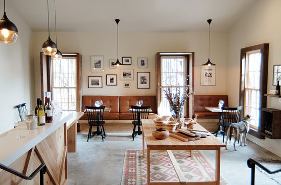Glen Ellen, CA: Designed by Laura Schermeister, our tasting room is warm, cozy, and full of interesting art and photographs.