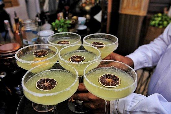 Zaitún Cartagena: Tendremos una noche refrescante.  En Nuestro #BarOrigen.  Reservas: Llama a 3184939128 o escríbenos reservas@zaituncartagena.com  Música en vivo desde las 7:00pm . . . . . . . .  #sabor #alegría #cartagena #colombia #restaurant #thebestrestaurant #zaituncartagena #lomejordecartagena #thebestrestaurant #musicaenvivo #comidadelcaribecolombiano #centrohistórico #cartagenafoodie #cartagenalafantastica #mixology #cenaenfamilia #quehacerencartagena #instafood #instafoodie #quecomerencartagena #lebanes