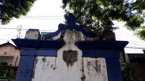A cruz do topo já não existe mais. Possui belos elementos do início do século XVIII