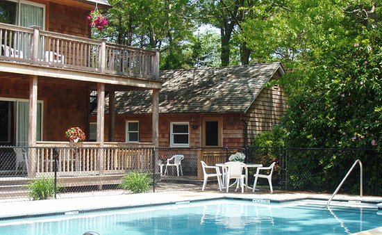 Hamptons, Estado de Nueva York: Cabins for comfort and beautiful balcony's! If your from the city its great to get away, if our from a rural area this offers just enough of the hustle and bustle vibe!