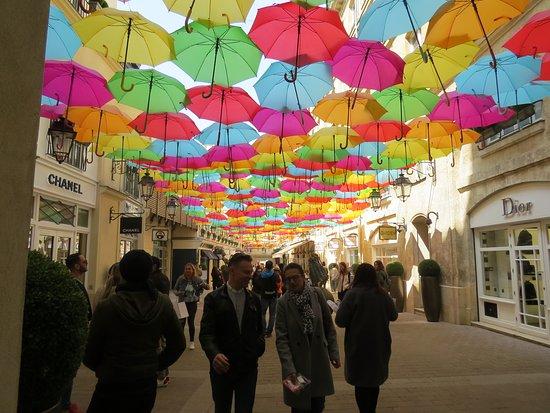 La Galerie Royale sous une pluie de parapluies colorés
