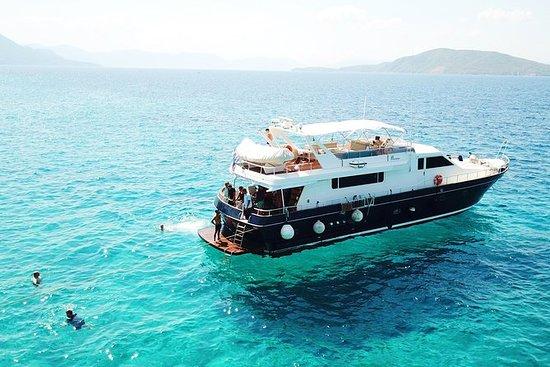 Tour in yacht di un'intera giornata