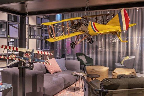 MOXY London Heathrow Airport: Lobby
