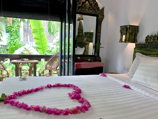 Petit Temple Suite & Spa: beautiful king bed room  with pool view at petit temple suite hotel