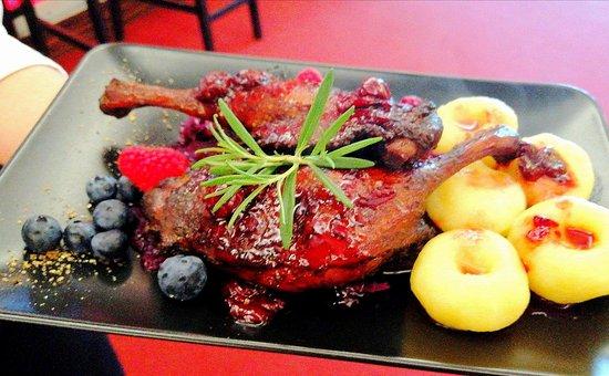 Restauracja Lancelot: Kacze uda w wisniach z rumem i kluskami