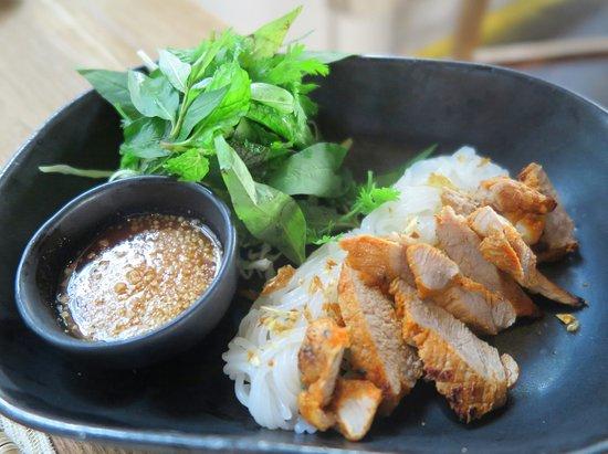 เมนูอาหารเช้า จะมี ความหลากหลาย ครับ อาทิเช่น เมนู ขนมเส้น กินกับหมู ย่าง เสริฟพร้อมน้ำจิ้ม อร่อย ครับ