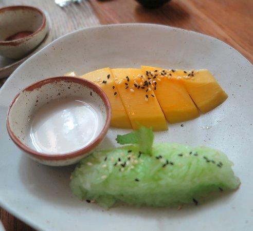 Khu Khao: เมนู อาหารหวาน ข้าพเจ้า สั่ง มะม่วงสุก เสริฟ พร้อมข้าวเหนียวสี ใบเตย ครับ  อร่อย ครับ