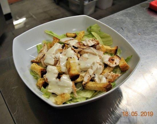 Chicken House: Cesar Salad. Un po' di verde non fa mai male. Sicuramente non potrai resistere alle nostre insalatone. Tre varianti diverse per soddisfare tutti.