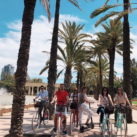 🌴Afternoon on the wheels! 🛴🚲 Our serbian customers took our bikes and e-scooter to the Jardín del Turia, where they have seen emblematic City of the Arts and Science, Palau de la Música, Oceanografic, Guliver park and many, many interesting spots!  Take one of our bikes & let the sea breeze blow your hair! 🌬🌊 • We are waiting for you in Calle del Horno de los Apostoles 4! .