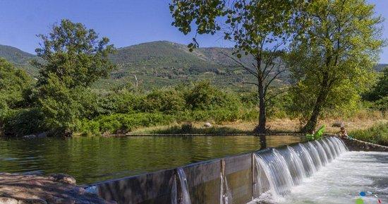 Navaconcejo, Ισπανία:  Camping Bungalow Río Jerte, da por inaugurada la campaña de verano con la piscina natural dispuesta y perfecta para disfrutar del sol.🤣  🌞Si es que ya lo estábamos deseando..O no??... Puede haber algo más relajante que un bañito en una piscina natural rodeados de naturaleza y aguas cristalinas, en familia, amigos, en pareja....  🌞Esto promete ehh?? Tenemos lo que necesitas, sólo faltas tú.👇👇👇