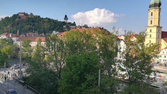 Grand Hôtel Wiesler Graz: Hotel Wiesler, Blick aus Zimmer auf Bergbach und Schloßberg. Die kirche ist bereits der Beginn der Altstadt, die nur wenige Schritte entfernt ist.