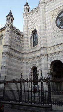 Sinagoga di Vercelli: Il lato sinistro dell'edificio