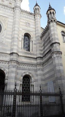 Sinagoga di Vercelli: Il lato destro dell'edificio