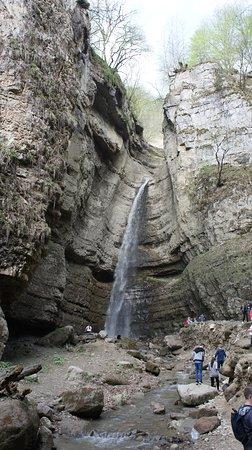 Chegem, Venäjä: Малый Чегемский водопад. Находится в 100 метрах от дороги и пройти пешком метров 300. В узком ущелье его шум настраивает на релаксацию.