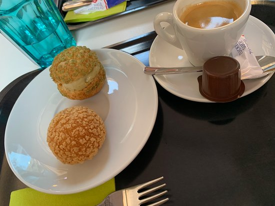 Les Ciboulettes: Petit espresso et un choux normal crème vanille et le second choux glacé à la pistache, miam!