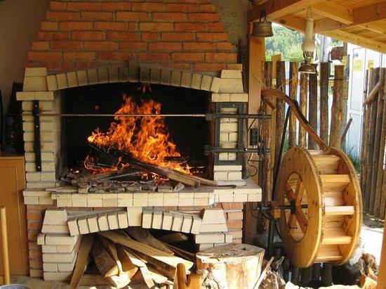 "Satovcha, Bułgaria: Kamin in traditioneller ""Mehana"" (Kneipe, Restaurant)"