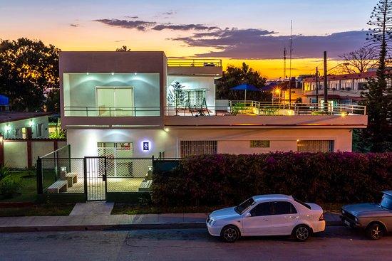 Cienfuegos, Cuba: El Pino es una vivienda familiar construida en 1948 y habilitada para la renta como hostal tipo B&B desde 2017. Actualmente, luego de un largo proceso de ampliación y acondicionamiento acaecido a finales del 2018, la casa aumentó el nivel y confort de sus habitaciones de acuerdo a los estándares de hostelería, así como la ambientación general de los espacios comunes con amplias terrazas, patio interior, jardines, mirador para disfrutar la brisa marina, el sol y los atardeceres cienfuegueros.