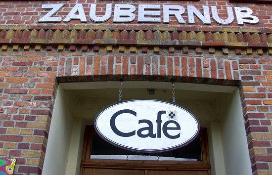 Das Cafe Zaubernuß, hat eine schöne alterwürdigen Einrichtung. Und guten Kaffee und Kuchen....