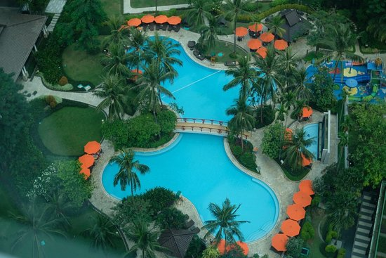 Shangri-La Hotel Jakarta: The swimming pool seen from our room