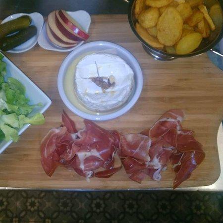 Planche complète jambon de seranno ou poulet, camembert rôti, potatoes,salade.
