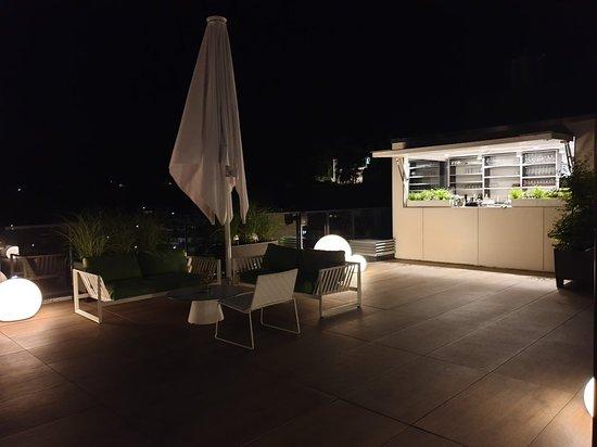 Wandtapete, Zimmeraussicht in den Park, Rezeption, Aufenthaltsbereich, Ausblick von der Dachterrasse bei Dunkelheit.