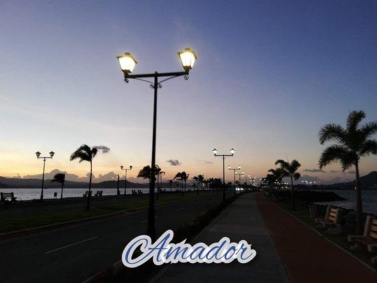 Amador Causeway (Calzada de Amador): Una ubicación privilegiada dentro de la zona turística de la Calzada de Amador, en la entrada del Pacífico del Canal de Panamá, a sólo 20 minutos en vehículo del centro de la Ciudad de Panamá y a 10 minutos del Centro Comercial más grande de Centroamérica: Albrook Ma