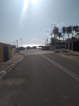 Majorlandia Beach: rua que dá acesso a praia e as barracas.