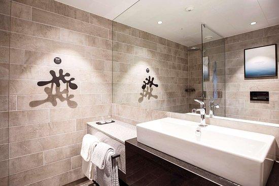 Clarion Hotel The Hub: Vanity in bathroom