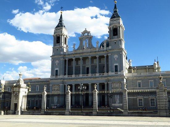 Palacio Real de Madrid: La cattedrale di Madrid vista da la plaza de la Armeria