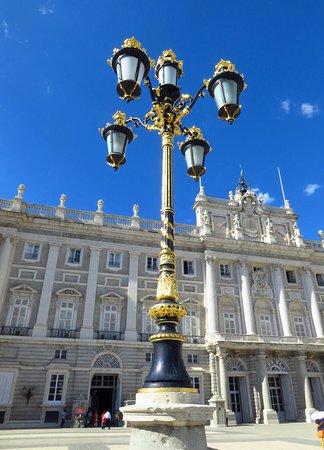 Palacio Real de Madrid: Lampione su plaza de la ArmeriaL