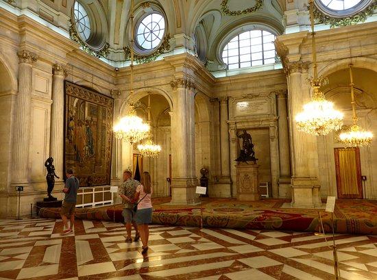 Palacio Real de Madrid: La Sala delle colonne, con statue in bronzo del '500 (l'unica fotografabile)