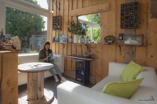 """Les Chambres du Vivier à Durbuy, Ardenne.  Espace """"petit salon"""" dans la véranda : pour lire, boire un verre..."""