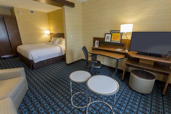 Fairfield Inn & Suites Geneva Finger Lakes: Suite