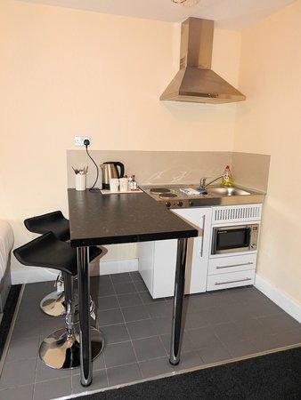 Kitchenette: Fridge, 2 hot plates, microwave, sink, cooker hood with light.