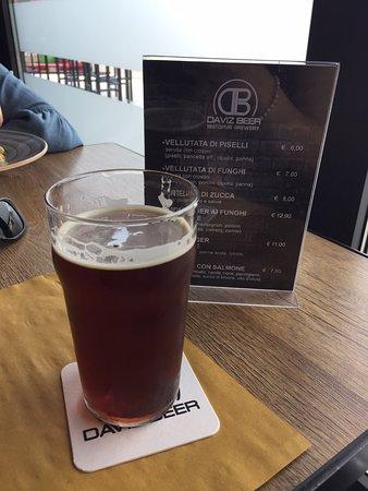 Sehr leckeres Bier mit verschiedenen Sorten, besonderer Geschmack. Ich kann jedem empfehlen, hier vorbeizuschauen! 🍺🍻😊