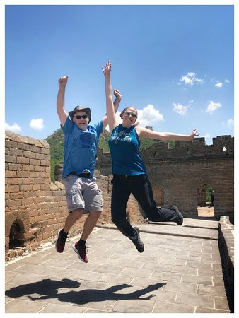 Excursão privada à Cidade Proibida na Praça Tiananmen e à Grande Muralha: Me and Pete jumping for joy on the Great Wall. Photo suggested and taken by Simon. Captured in just one try!