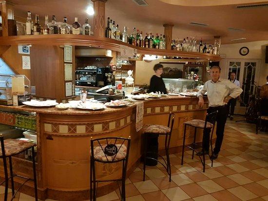 Lodrone, Italië: Vino buono e cortesia....