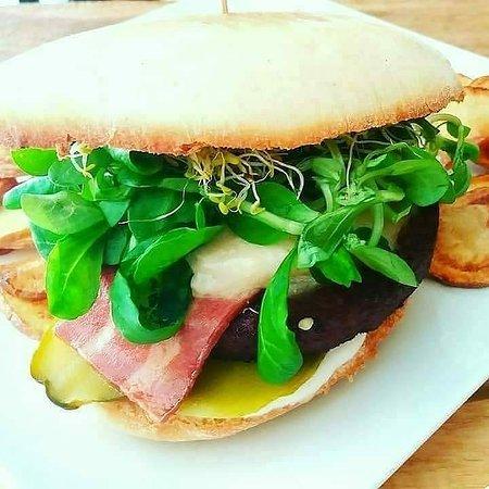 Masa Madre Vegan Food: Rustic Burguer.  Proteína vegetal , bacon y queso vegetal.  Mermelada de tomate dentro de un pan rústico.