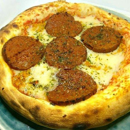Masa Madre Vegan Food: Pizza Masa Madre.  Masa de masa madre, tomate triturado, salami vegetal picante y queso vegan. 100% vegano y opción  sin gluten en todas las pizzas.